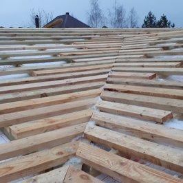 Ведутся работы по устройству крыши.