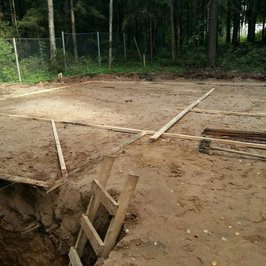 Выполнена песчаная подсыпка под фундамент