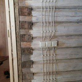 Выполнена разводка электрики по всем помещениям бани, установлены розетки и выключатели