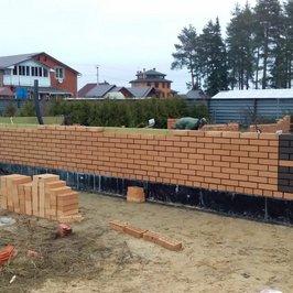 Начали работы по кладке кирпичных стен.