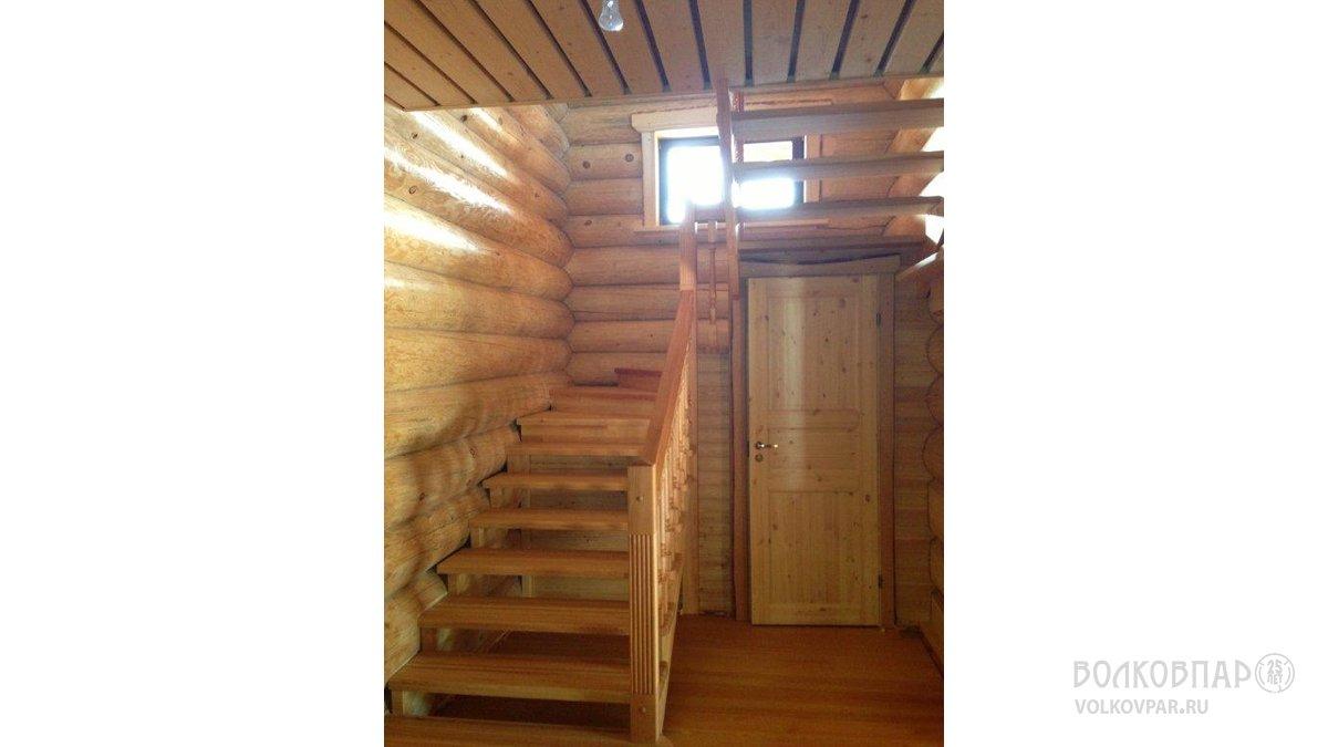 Лестница на второй этаж. Изготовлена  и собрана нашими специалистами. Балясины, столбы  и поручни  из ольхи черной, ступени  из лиственницы