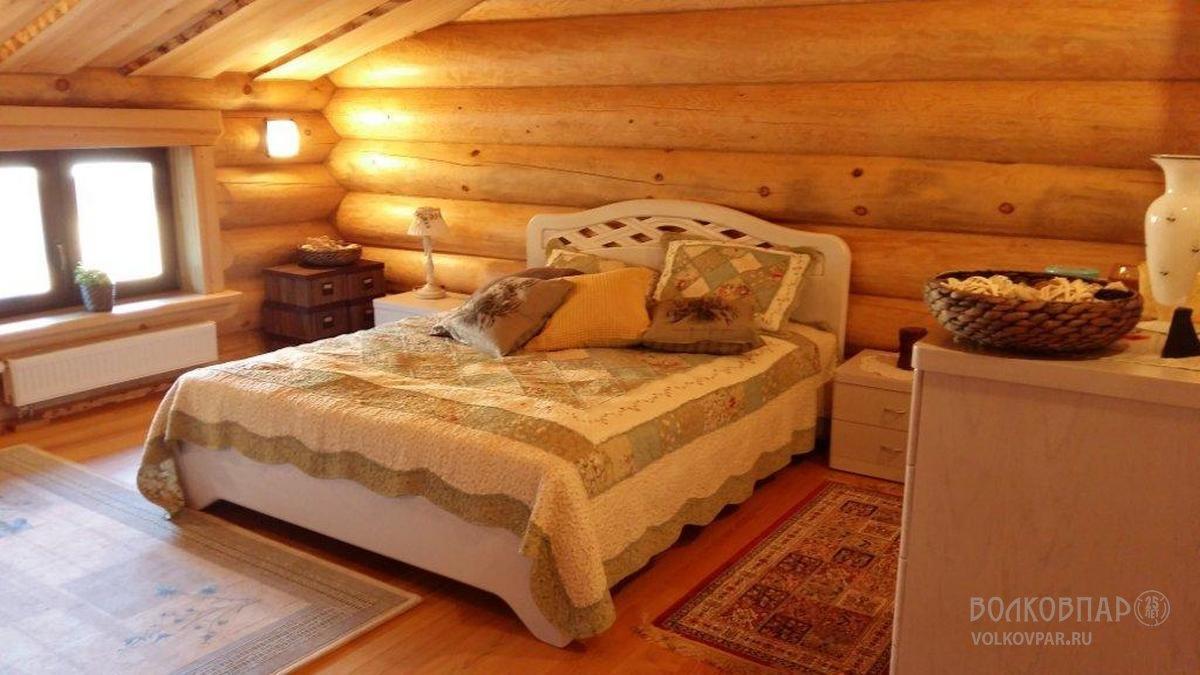 Спальня на втором этаже оформлена  в стиле «кантри»