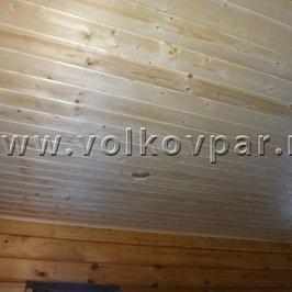 Нашиваем вагонку на потолки в раздевалках и помещении для персонала.