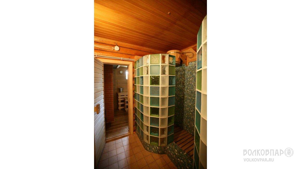 В душевой, расположенной рядом с парной -  две кабинки, выложенные мозаичной плиткой, с полупрозрачной стеной из цветных светоблоков .  Ушат для обливания ледяной водой