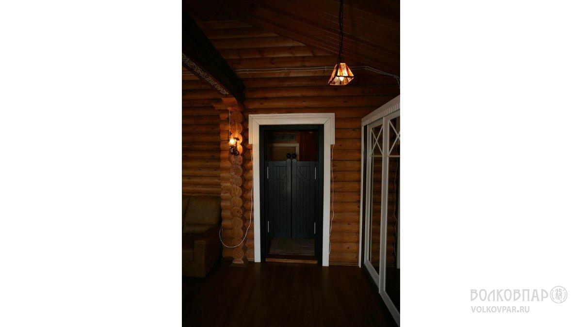 Из комнаты отдыха  в  банную зону ведет распашная «салунная» дверь из дуба