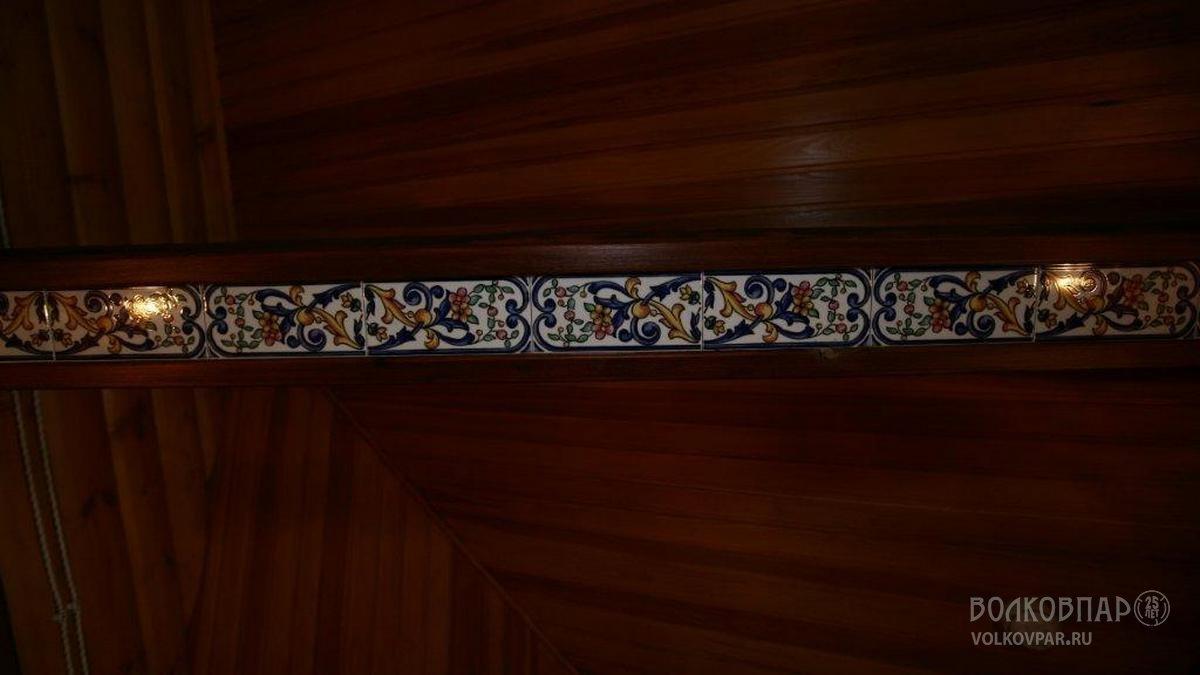 В отделке бани используется оригинальное сочетание дерева и керамической плитки с орнаментальным узором