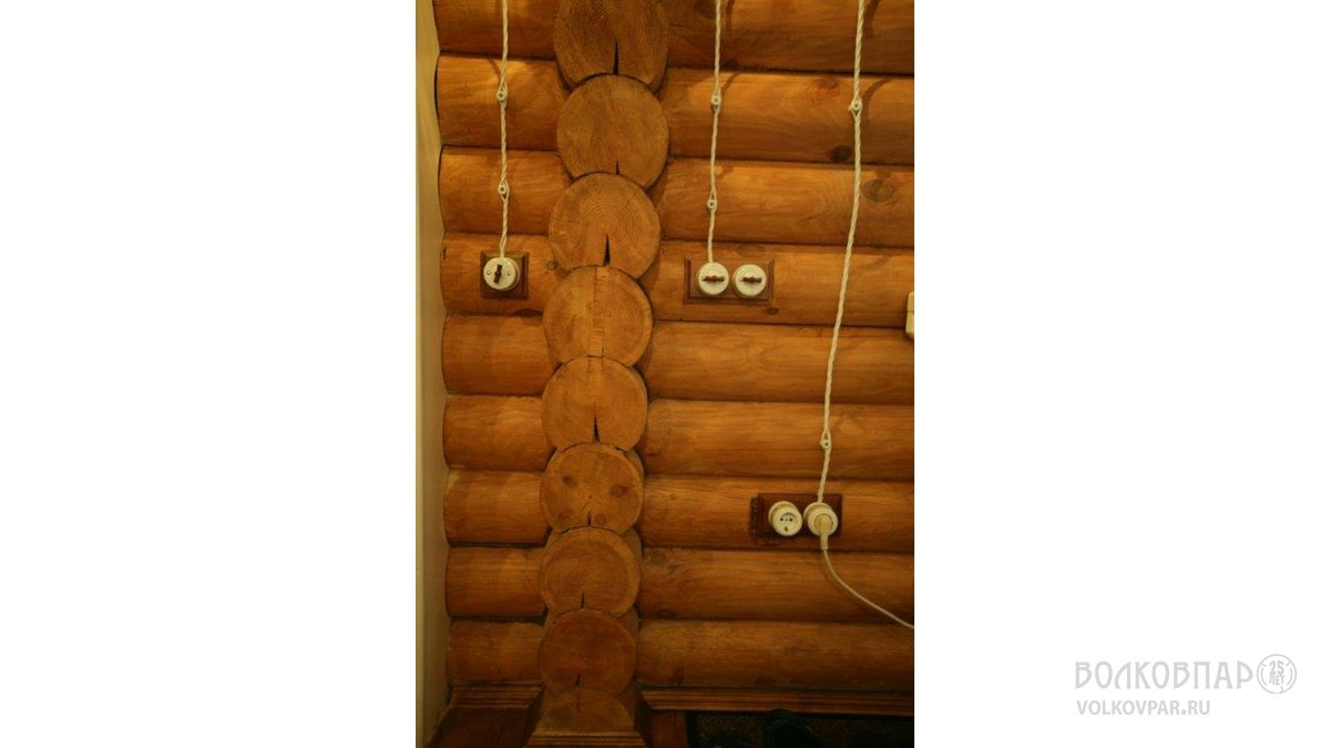 В оформлении внутреннего пространства используются накладные керамические розетки и выключатели. Открытая проводка превращена в ретро-украшение