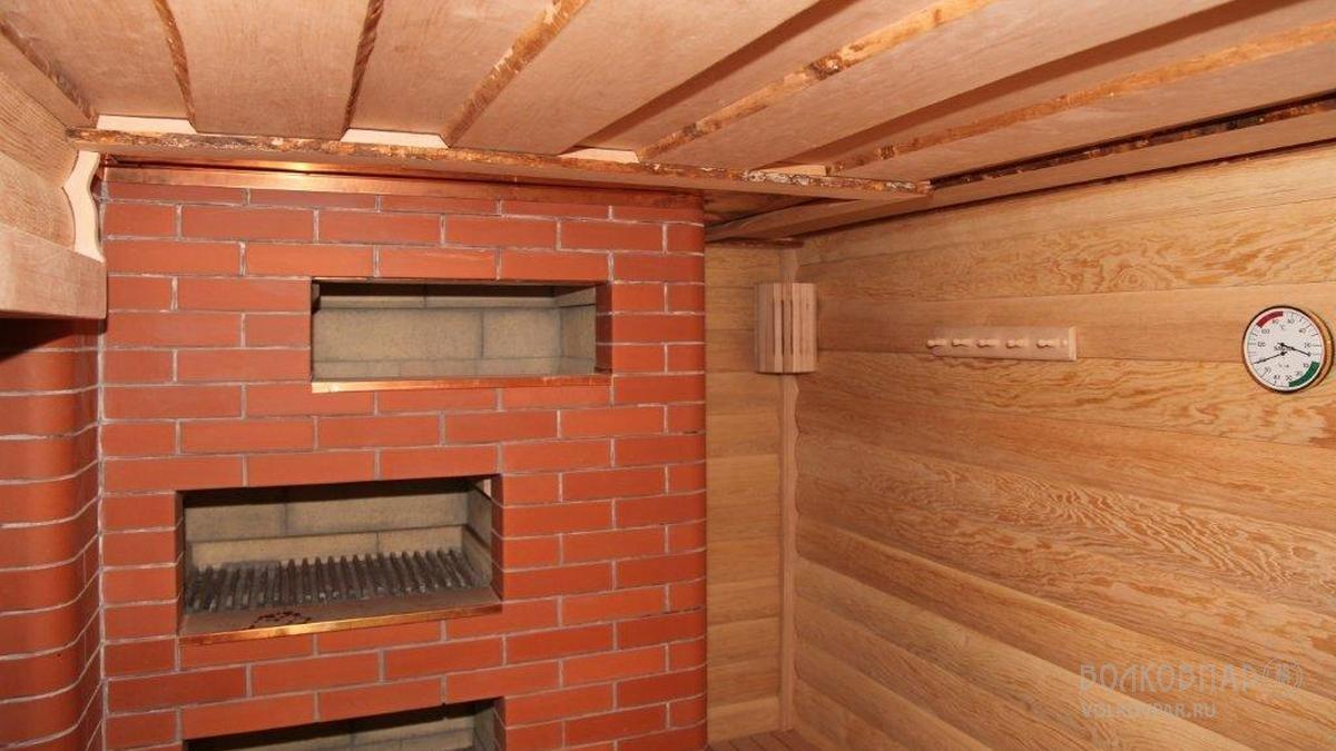 Потолок из необрезной доски. Материал: черная ольха