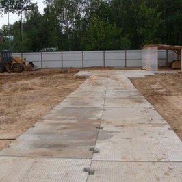 В конце участка из дорожных плит выложена площадка