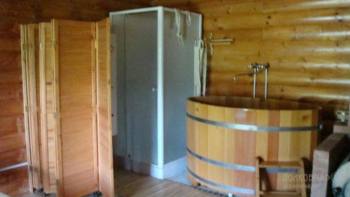 При выходе из парной находится просторная купель из дуба и душевая кабина. Купель, наполненная  холодной колодезной  водой отличная замена сугробу или ледяной проруби даже в самое теплое время года