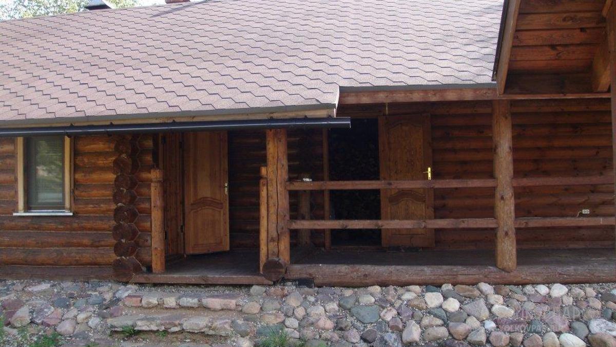 Рядом с входом баню находится дровянник. На сухих дровах печь истопится быстрее
