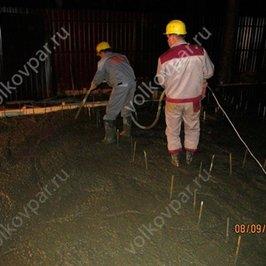 Производим заливку бетона с виброуплотнением
