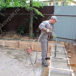 Выполняем укладку и уплотнение бетонной смеси