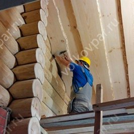 Конопатим стыки стен и потолка