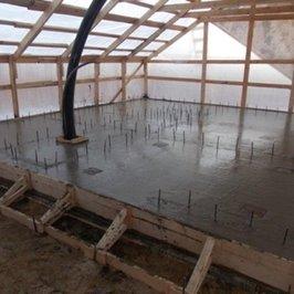 Уложен бетон ж/б плиты бани