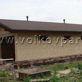 Покрашены деревянные части крыши гаража