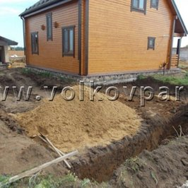 Выкопана траншея под фундамент въездных ворот