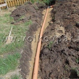 Электрический кабель уложен в пластиковую трубу