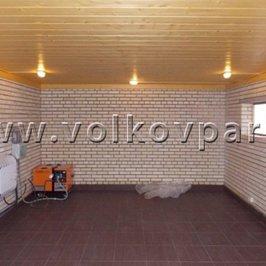 В гараже на пол уложена плитка