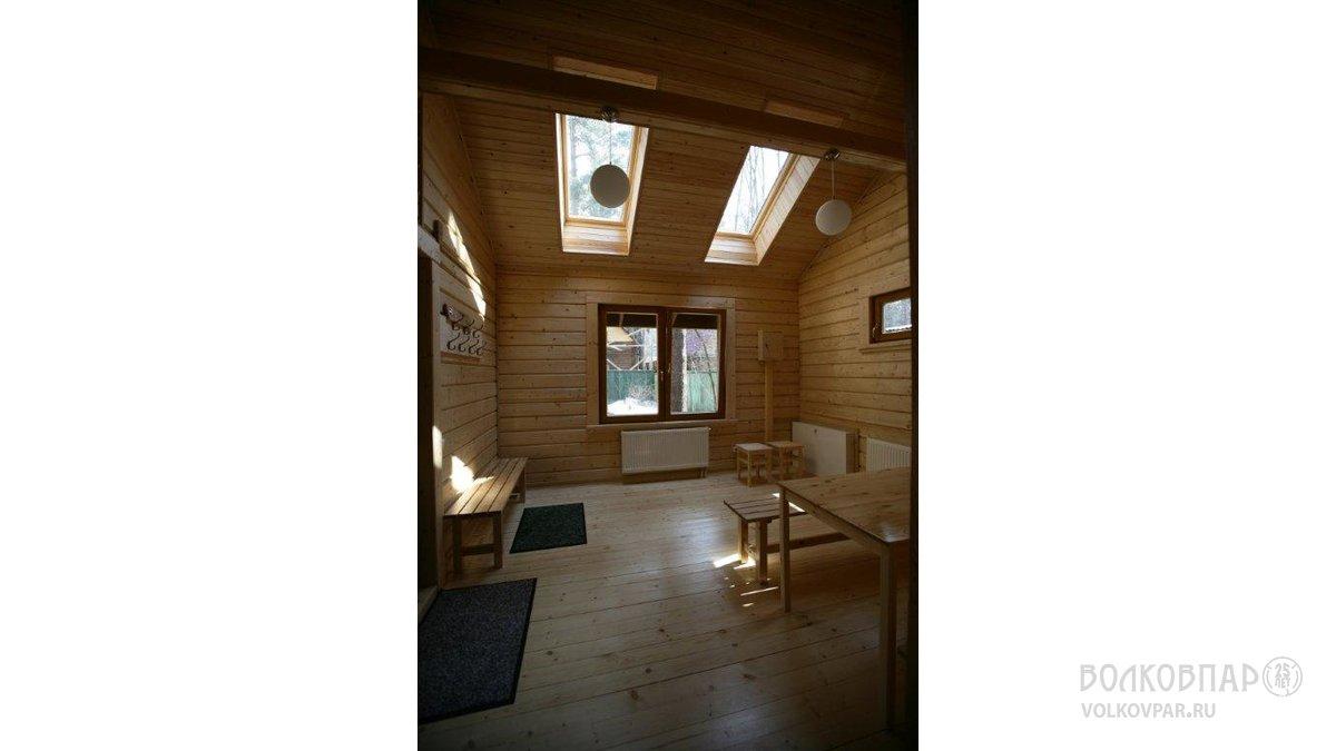 Просторная светлая комната отдыха. Естественная красота дерева не нуждается в украшении. Полы – ель. Стены – сосна. Вагонка на потолке – сосна. Мансардные окна - ВЕЛЮКС.