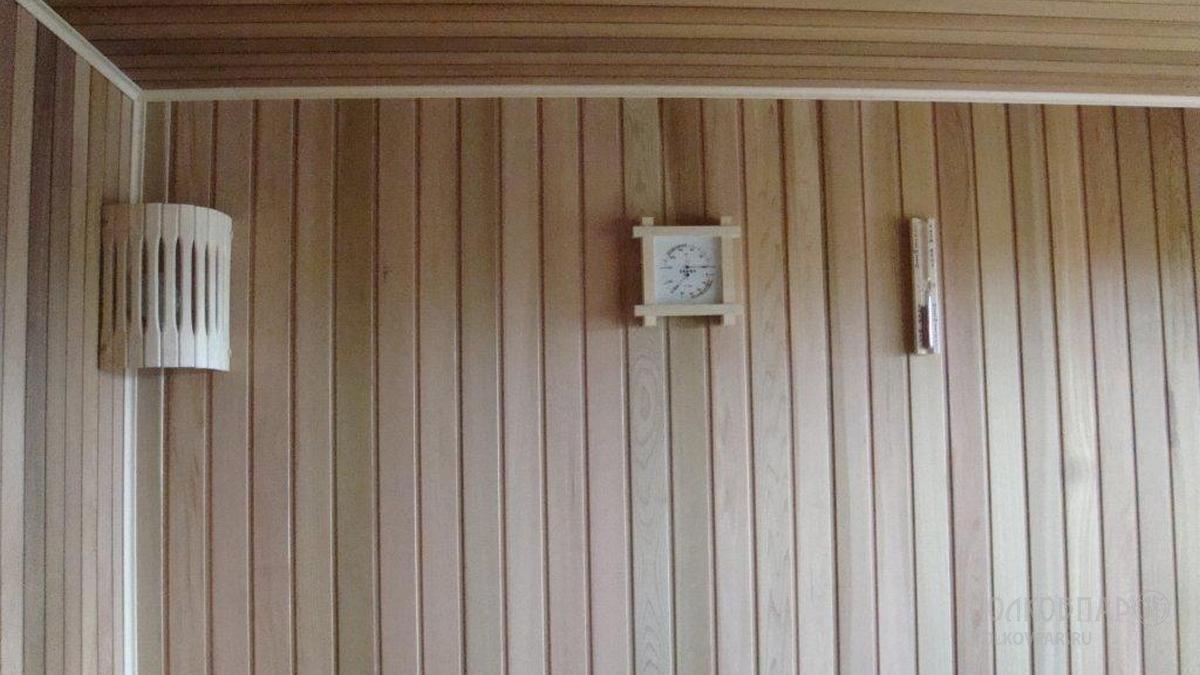 Стены и потолок отделаны канадским кедром