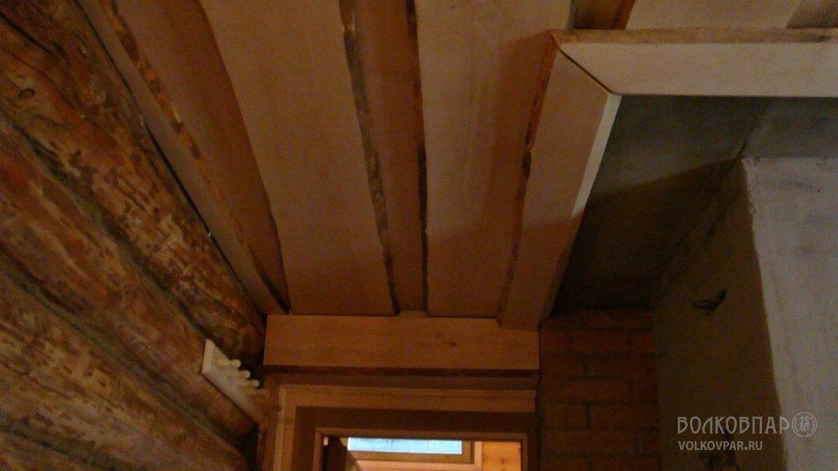 Потолок обшит необрезной доской из черной ольхи