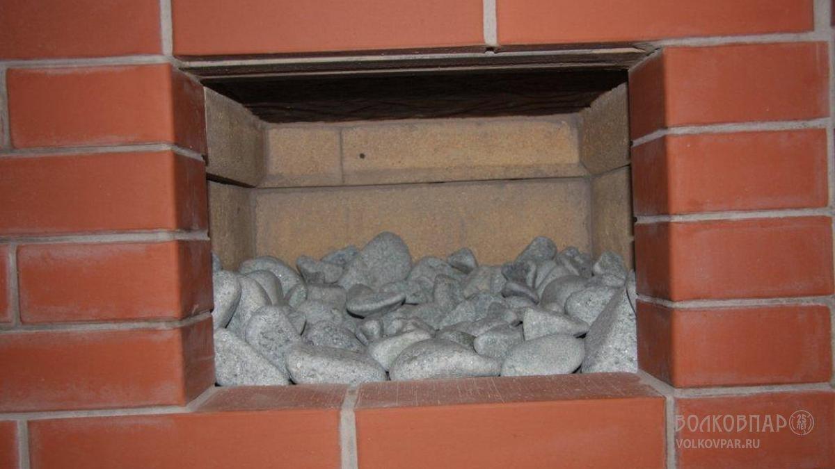 Ниши длиной 385 мм заполнены голтованным жадеитом. Для данной печи использовано 80 кг камня