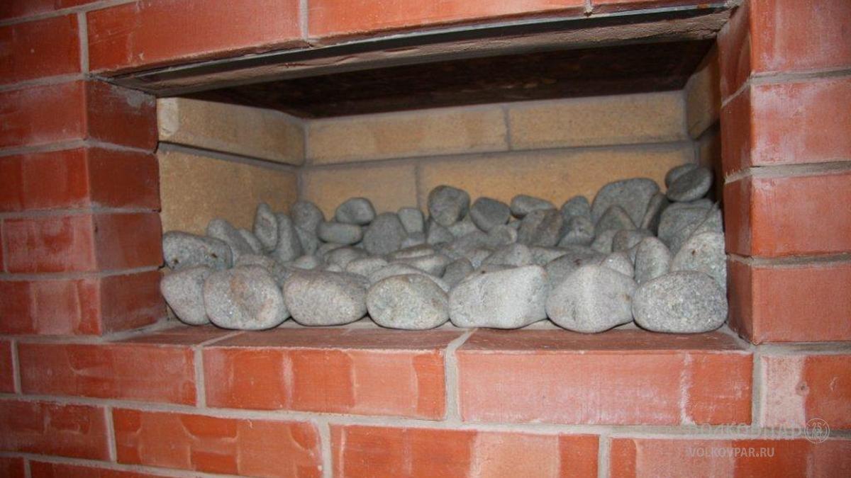 Ниши длиной 645 мм заполнены голтованным жадеитом. Для данной печи использовано 120 кг камня