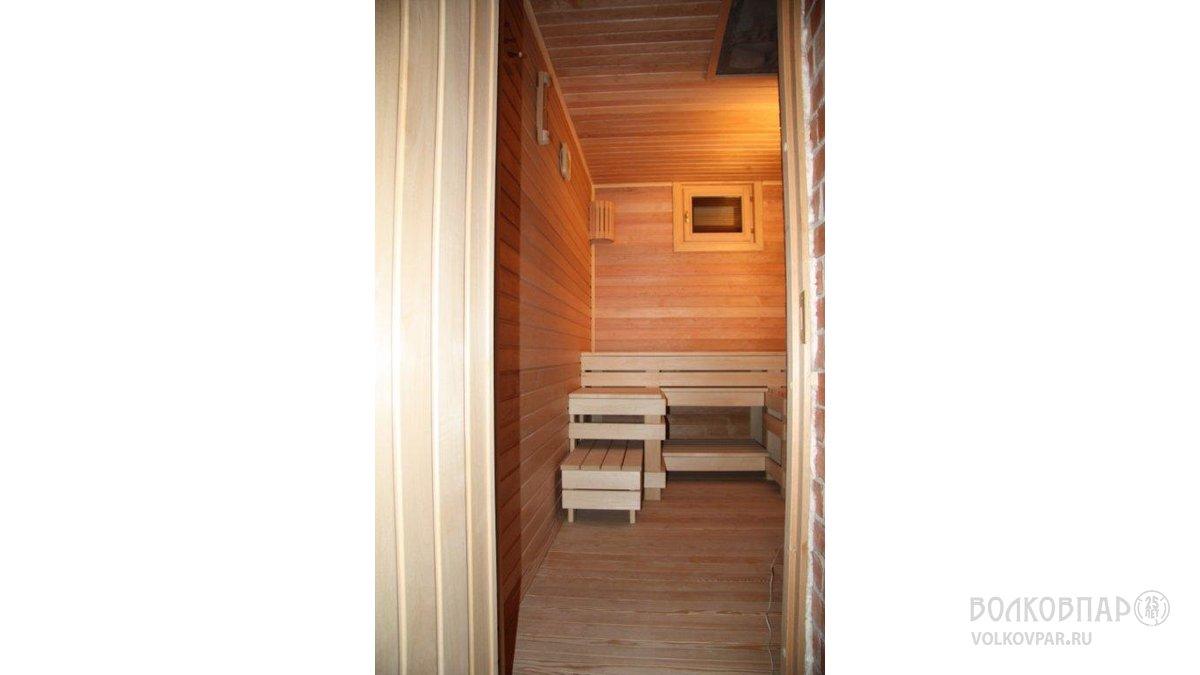 Полы – лиственница с сучками. Стены и потолок – ольха с сучками.  Алюмо-деревянное окно.  Двухкамерный стеклопакет из жаропрочного стекла. Накладки с внутренней стороны из липы