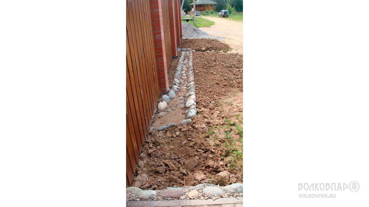 Вдоль внешней стороны забора усадьбы выполнен желоб для отвода талых и дождевых вод