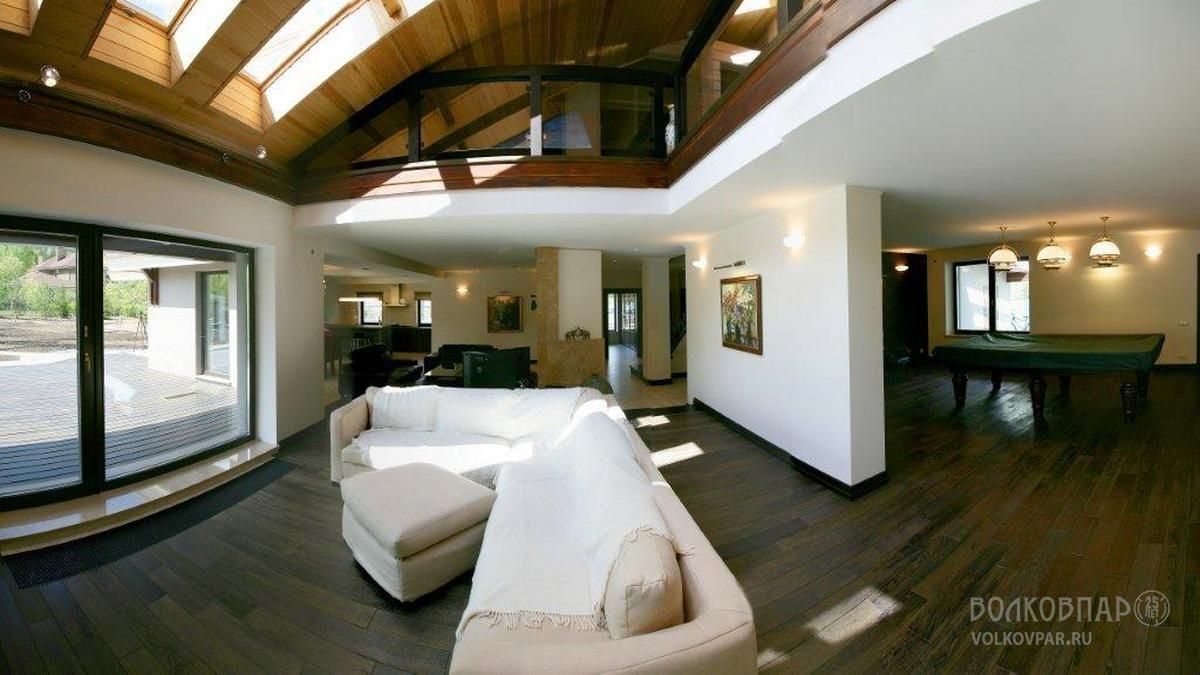 Площадь и план дома позволили создать красиво перетекающие друг в друга пространства