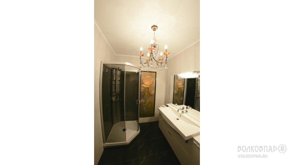 Санузел на 1 этаже. Драгоценная смальта отражается в зеркале ванной комнаты