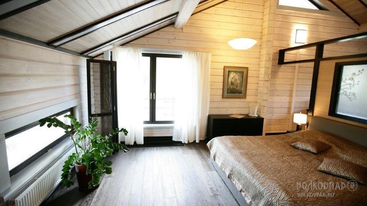 Фрагмент спальни хозяев. Спальня – пространство тишины. Спальня хозяев полностью подходит под это определение. Светлый лен на окнах, тонированный дуб на полу и потолке, мягкий матрас…