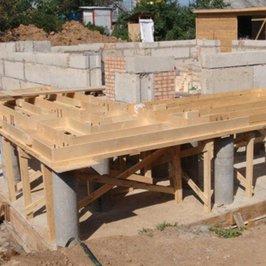 Завершили монтаж фундаментных блоков и опалубки