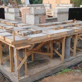 Отлита опорная конструкция под парадную лестницу