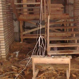 В доме установлен макет будущей лестницы