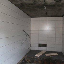 Стены и подиум в котельной отделаны плиткой