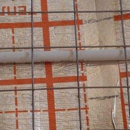 Чтобы избежать протечек на потолки цокольного этажа, фольгированный пенофол проклеен скотчем