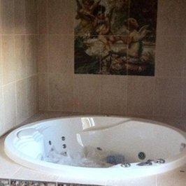 Смонтирована джакузи и завершена отделка керамической плиткой ванной комнаты первого этажа