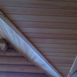 Фрагмент отделки сложного потолка мансарды