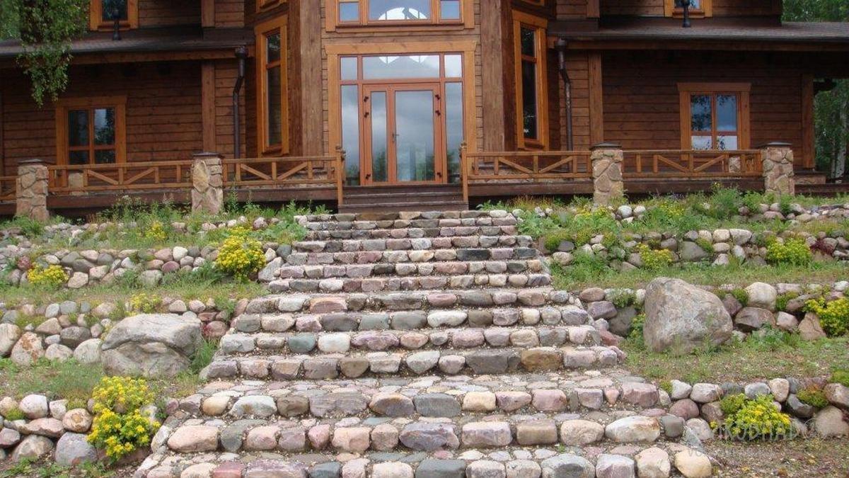 «Барская» лестница набрана из природного необработанного камня.  При создании сложного рельефа ландшафта использовано 600 тонн природного камня