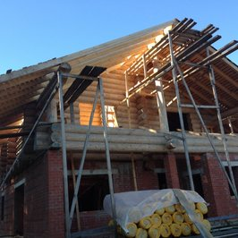 Начинаем работы по устройству крыши и кровли. Демонтируем временную крышу.  За год сруб «сел» еще на 5-8 см