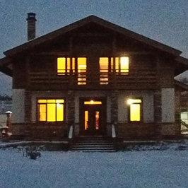 В темное время суток  наружное фасадное освещение подчеркнет дизайн и архитектуру дома