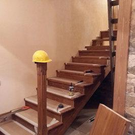 Ведется монтаж лестницы