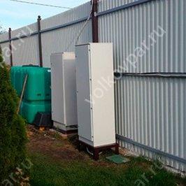 На территории установлены электрические шкафы