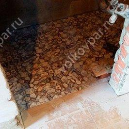 На полу в санузле уложена плитка