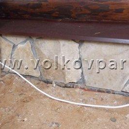 Выполнена отделка цоколя натуральным камнем и установлены отливы
