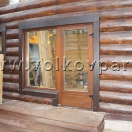 Установлена деревянная входная дверь с большим остеклением