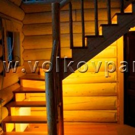 На лестнице установлена светодиодная подсветка