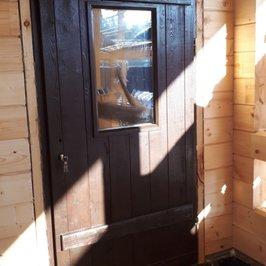 Изготовлены и установлены входные двери.